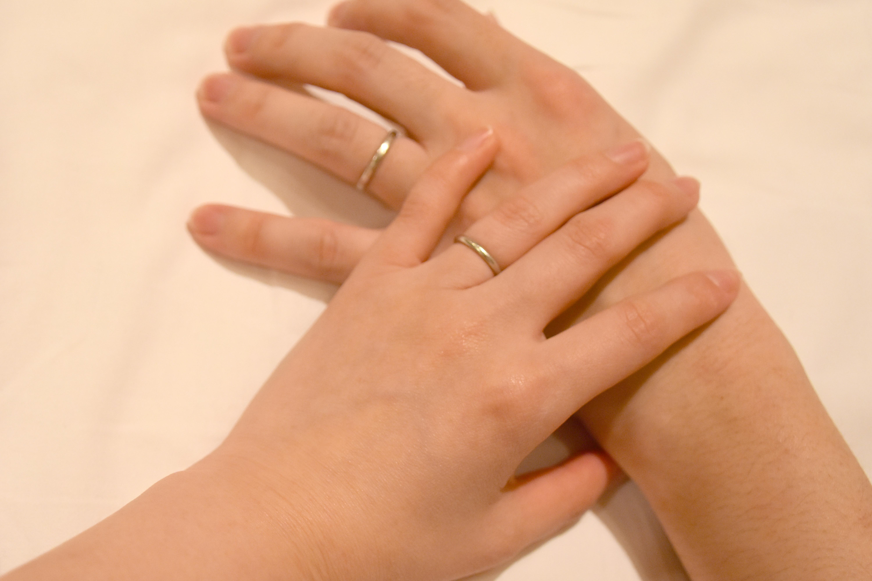 男女の手の触れ合い